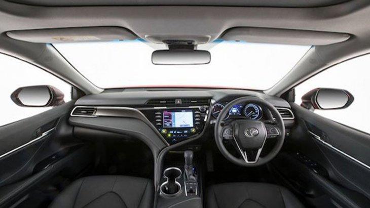 Toyota Camry 2019 เพิ่มความสะดวกสบายผ่านเบาะนั่งด้านหน้าสามารถปรับไฟฟ้าได้ 8 ทิศทางพร้อมปุ่มปรับดันหลังเฉพาะเบาะนั่งคู่หน้า ส่วนเบาะนั่งด้านหลังปรับเอนด้วยไฟฟ้า