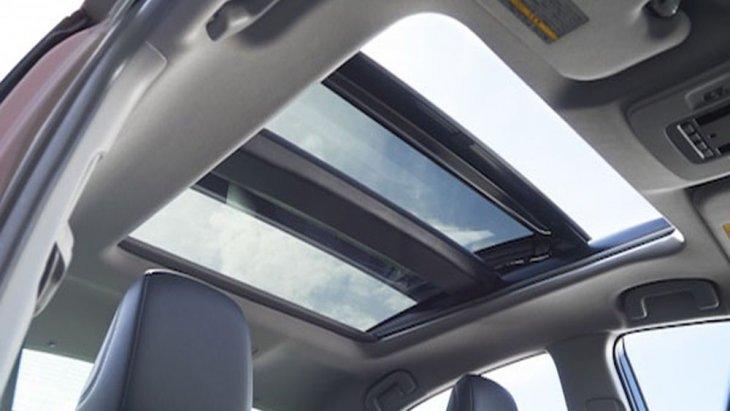 Toyota Camry 2019 ได้รับการติดตั้งฟังก์ชั่นสุดล้ำระบบขับเคลื่อนด้วยพลังงานไฟฟ้า หรือ EV Drive หน้าจอแสดงข้อมูลการขับขี่ขนาด 7 นิ้ว หน้าจอ HUD แสดงข้อมูลการขับขี่แบบสี และ หลังคามูนรูฟเลื่อนเปิด-ปิดได้ด้วยไฟฟ้า