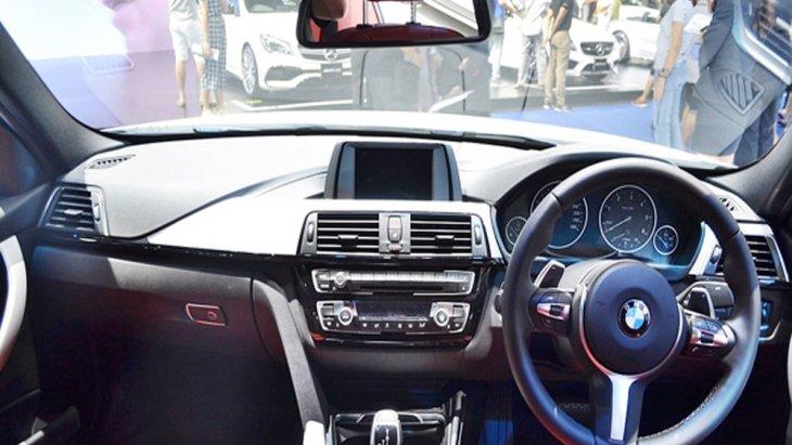 BMW 3 Series มาพร้อมกับพวงมาลัยมัลติฟังก์ชั่นหุ้มหนังแบบ M Sport ตกแต่งภายในด้วยอะลูมิเนียมลาย Hexagon พร้อมแถบสีดำเงา เพดานหลังคาภายในสี Anthracite ติดตั้งระบบปรับอากาศแบบอัตโนมัติแยกอิสระ 2 โซน
