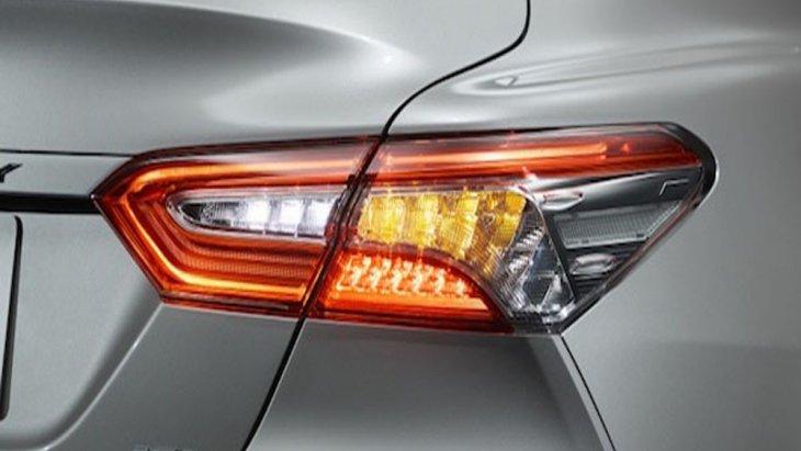 ด้านหลัง Toyota Camry 2019 ได้รับการติดตั้งไฟตัดหมอกหลังพร้อมไฟท้ายแบบ LED ฝาปิดห้องสัมภาระด้านท้ายได้รับการตกแต่งด้วยคิ้วฝาท้ายแบบโครเมี่ยมและติดตั้งท่อไอเสียแบบคู่