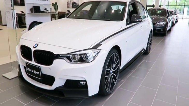 BMW 3 Series เพิ่มความโดดเด่นมากยิ่งขึ้นด้วยกระจังหน้าทรงไตคู่อันเป็นเอกลักษณ์ของ BMW ติดตั้งไฟส่องสว่างสำหรับการขับขี่กลางวันแบบ DRL รวมถึงชุดแต่งแบบ M มาเป็นออฟชั่นเสริมให้
