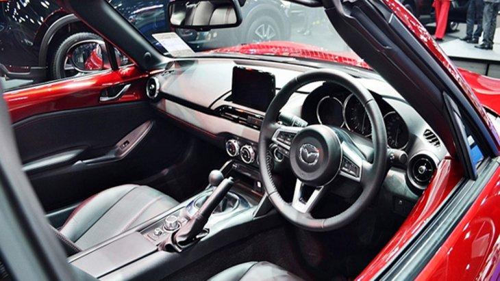 Mazda MX-5 RF 2019 มอบความประทับใจในทุกทริปการเดินทางผ่านการตกแต่งภายในด้วยโทนสีดำ เบาะนั่งภายในจำนวน 2 ที่นั่งหุ้มด้วยหนังแท้เย็บเก็บตะเข็บด้วยด้ายสีแดง แป้นปรับโหมดการขับขี่ตกแต่งด้วยวัสดุโครเมี่ยม