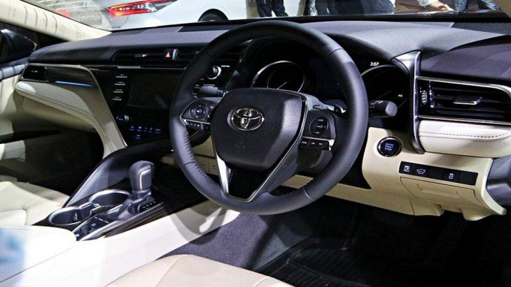 Toyota Camry 2019 ติดตั้งพวงมาลัยมัลติฟังก์ชั่นหุ้มหนังแบบ 3 ก้าน พร้อมระบบควบคุมเครื่องเสียงที่พวงมาลัย และ ปรับตั้งค่าหน้าจอแสดงผลข้อมูลการขับขี่