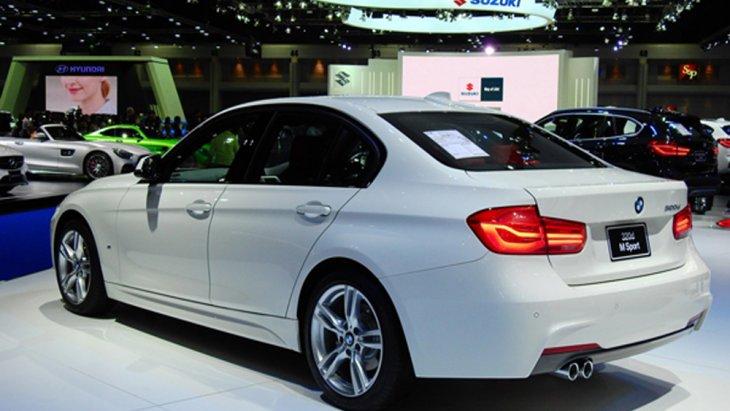 BMW 3 Series ได้รับการติดตั้งช่วงล่างแบบ M Sport ผสานกับการติดตั้งล้ออัลลอยแบบ M ขนาด 18 นิ้ว ลาย Star Spoke พร้อมยางขนาด 225/45 R18 สำหรับในล้อหน้า ส่วนล้อหลังติดตั้งยางขนาด 255/40 R18