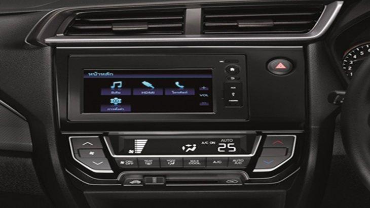 Honda Mobilio ได้รับการติดตั้งปุ่มสตาร์ทเครื่องยนต์อัตโนมัติ พวงมาลัยแบบมัลติฟังก์ชั่น ระบบปรับอากาศแบบอัตโนมัติ ระบบควบคุมประตูแบบไร้กุญแจ ให้ความบันเทิงผ่านหน้าจอระบบสัมผัสขนาด 6.1 นิ้ว พร้อมเครื่องเสียงแบบ 2Din รองรับการเชื่อมต่อสมาร์ทโฟน