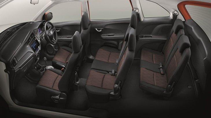 ภายใน Honda Mobilio ได้รับการตกแต่งด้วยสีดำและวัสดุตกแต่งคอนโซลหน้าแบบ Piano Black ติดตั้งเบาะนั่งจำนวน 3 แถว 7 ที่นั่ง โดยเบาะนั่งแถวที่ 2 พับแยกแบบ 60:40 ส่วนเบาะนั่งแถวที่ 3 พับแยกได้แบบ 50:50 หรือ พลิกกลับไปด้านหน้า 2 จังหวะ