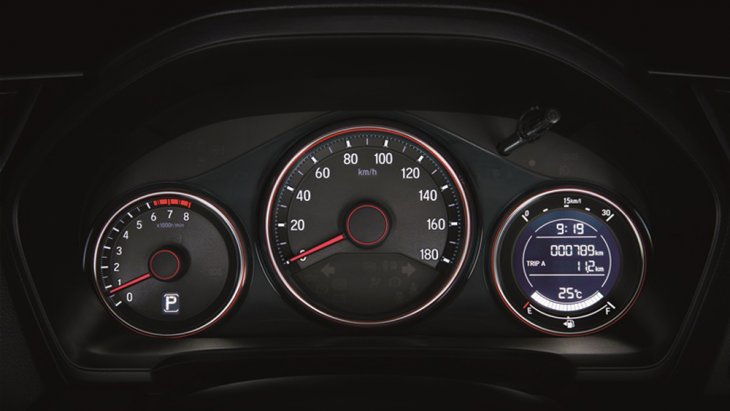 Honda Mobilio ติดตั้งหน้าจอแสดงผลข้อมูลการขับขี่แบบ MID พร้อมมาตรวัดแบบเรืองแสงรวมถึงไฟแสดงผลข้อมูลการขับขี่แบบประหยัด (Eco Indicator) และ กระจกไฟฟ้า 4 บาน พร้อมระบบปรับขึ้นลงฝั่งคนขับ