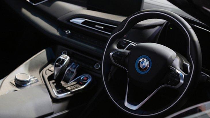 BMW i8 Roadster ได้รับการติดตั้งพวงมาลัยมัลติฟังก์ชั่นแบบ 3 ก้าน ตกแต่งด้วยแถบสีเงินติดตั้งสัญลักษณ์ BMW พร้อมปุ่มรับ-วางสายโทรศัพท์
