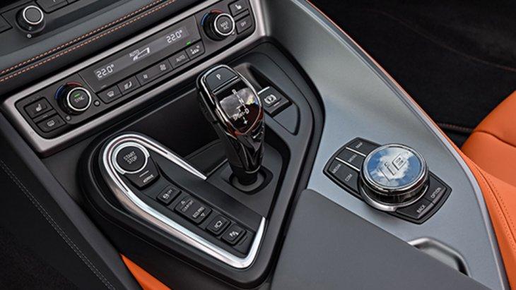BMW i8 Roadster มาพร้อมกับหัวเกียร์ตกแต่งด้วยวัสดุสีเงินโครเมี่ยมพร้อมแป้นปรับระดับเกียร์ รวมถึงระบบช่วยเหลือในการขับขี่ Driving Assistant และระบบควบคุมความเร็วคงที่พร้อมฟังก์ชั่นช่วยลดความเร็ว Cruise Control