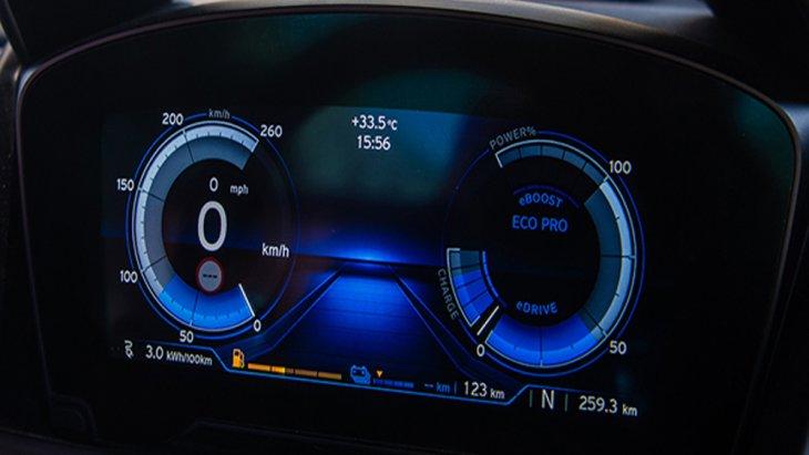 BMW i8 Roadster ได้รับการติดตั้งเทคโนโลยี BMW ConnectedDrive ให้ผู้ขับขี่สามารถเชื่อมต่อกับรถได้อย่างไร้ขีดจำกัด หน้าจอแสดงผลข้อมูลการขับขี่แบบ BMW Head-up Display