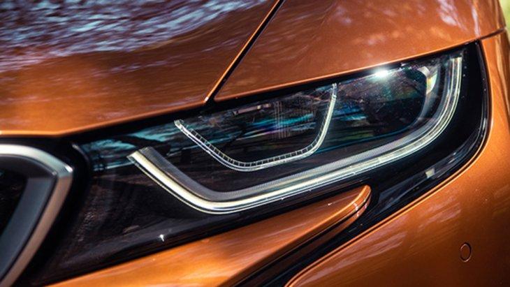 BMW i8 Roadster เพิ่มความโดดเด่นด้วยกระจังหน้าทรงไตคู่ ผสานเข้ากับไฟหน้าแบบ LED ที่ได้รับการติดตั้งฟังก์ชั่น Air Curtain กระโปรงหน้าคาดด้วยแถบสีดำรูปทรงตัว V ยาวไปจรดเข้ากับด้านท้ายรถ กระจกหน้าผลิตจากวัสดุคาร์บอนน้ำหนักเบา