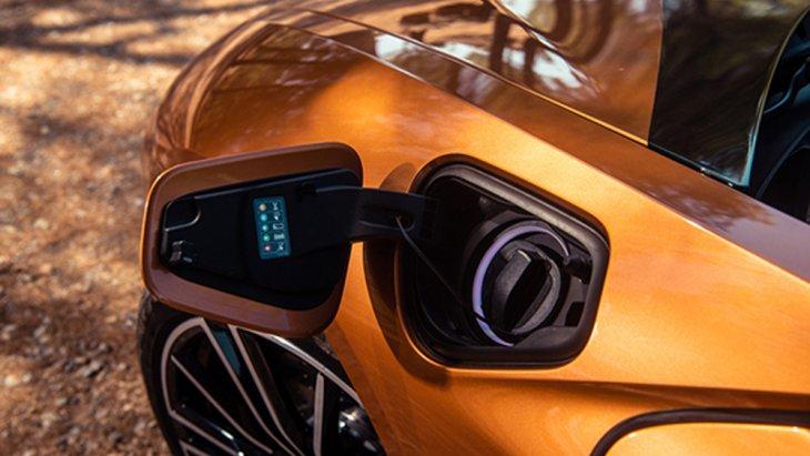 BMW i8 Roadster ให้กำลังสูงสุดได้มากถึง 374 แรงม้า ส่งกำลังด้วยระบบเกียร์อัตโนมัติ Steptronic 6 สปีด พร้อมระบบขับเคลื่อน 4 ล้อ สร้างอัตราการเร่งในระยะความเร็ว 0-100 กิโลเมตร ได้ภายใน 4.6 วินาที เท่านั้น