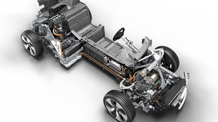 BMW i8 Roadster ติดตั้งเครื่องยนต์เบนซิน 3 สูบ TwinPower Turbo Plug-In Hybrid ขนาด 1.5 ลิตร ให้กำลังสูงสุด 231 แรงม้า ที่ 5,800-6,000 รอบ/นาที แรงบิดสูงสุด 320 นิวตัน-เมตร ที่ 3,700 รอบ/นาที จับคู่กับแบตเตอรี่ลิเธียมไอออนขนาดความจุ 34 แอมป์
