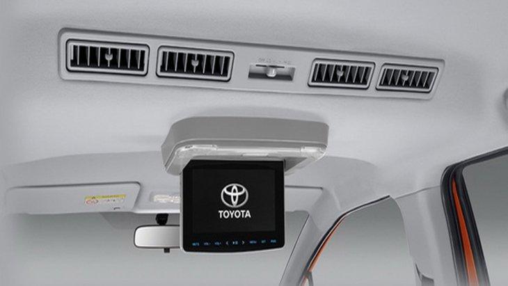 Toyota Sienta ให้ความบันเทิงด้วยหน้าจอระบบสัมผัสขนาด 7 นิ้ว พร้อมปุ่มควบคุมเครื่องเสียงที่พวงมาลัย อีกทั้งยังได้รับการติดตั้งจอแสดงภาพสำหรับผู้โดยสารตอนหลังมาให้ด้วย