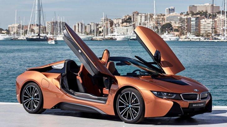 BMW i8 Roadster ยนตรกรรมสปอร์ตคาร์สุดล้ำที่เพิ่มความโดนใจให้กับนักขับด้วยหลังคาเปิดประทุนที่สามารถเปิด-ปิดได้ด้วยระบบไฟฟ้า โดยถูกออกแบบให้เปิดและปิดหลังคาได้ภายใน 15 วินาที เท่านั้นที่ความเร็วสูงสุดไม่เกิน 50 กม./ชม.