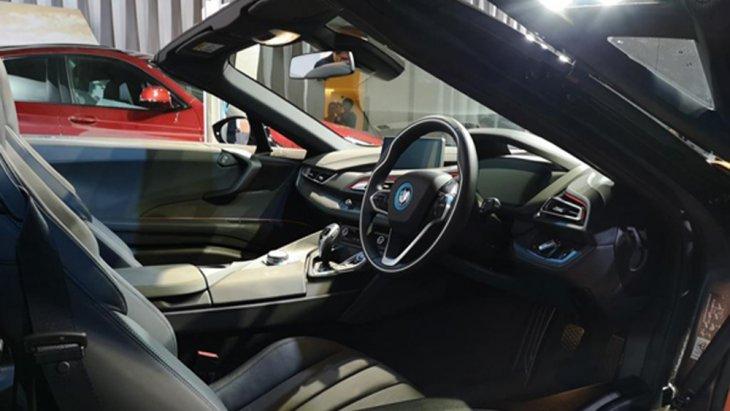 BMW i8 Roadster ได้รับการตกแต่งภายในอย่างประณีตด้วยโทนสีดำและวัสดุ Dry Carbon คอนโซลหน้าบุด้วยหนังสีดำพร้อมเย็บเก็บตะเข็บด้วยด้ายสีขาวคาดด้วยแถบสีส้ม แผงประตูทั้งสองข้างตกแต่งด้วยวัสดุสีเทา-ดำคาดด้วยแถบสีส้ม