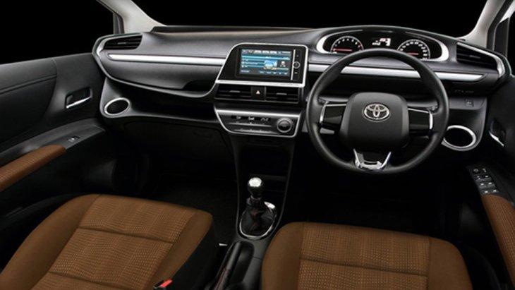 Toyota Sienta ได้รับการตกอต่งภายในด้วยโทนสีดำ คอนโซลหน้าตกแต่งด้วยสีดำคาดด้วยแถบโครเมียม และ มือจับประตูด้านในสีโครเมียม