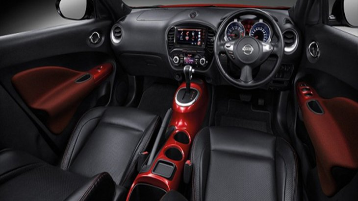 Nissan Juke เพิ่มความสปอร์ตโดนใจจากการตกแต่งภายในด้วยโทนสีแดงเฉพาะในรุ่น 1.6V พร้อมเบาะนั่งหนังแท้สีดำเย็บเก็บตะเข็บด้วยด้ายสีแดงติดตั้งสัญลักษณ์ Juke โดยเบาะนั่งฝั่งคนขับสามารถปรับระดับสูง-ต่ำได้ ส่วนเบาะนั่งด้านหลังปรับพับแบบ 60:40
