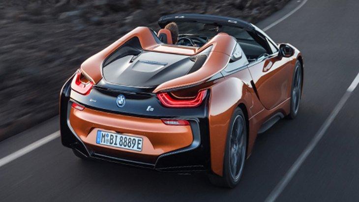 BMW i8 Roadster 2018 ได้รับการติดตั้งสัญลักษณ์ Roadster บริเวณท้ายรถและเสา C-pillar พร้อมระบบปัดน้ำฝนทำงานอัตโนมัติ กระจกมองข้างตัดแสงอัตโนมัติ ส่วนช่วงล่างได้รับการติดตั้งล้ออัลลอย BMW I ขนาด 20 นิ้ว ลาย W-spoke