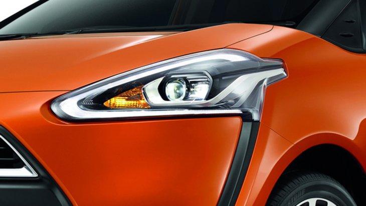 Toyota Sienta ได้รับการติดตั้งไฟหน้าแบบ Bi-Beam LED พร้อมไฟหรี่แบบ LED รวมถึงไฟส่องสว่างสำหรับการขับขี่กลางวัน DRL แบบ LED ที่ทำงานโดยอัตโนมัติ น้ำฝนด้านหน้าแบบหน่วงเวลาได้ กระจังหน้าตกแต่งด้วยโครเมี่ยม
