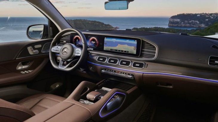 มีจอแสดงผลแบบดิจิตอลขนาด 12.3 นิ้วทัชแพด อินเทอร์เฟซ MBUX ของ Mercedes รองรับการควบคุมหน้าจอสัมผัสและการควบคุมด้วยเสียงร่วมกับแอพสมาร์ทโฟน Mercedes Me