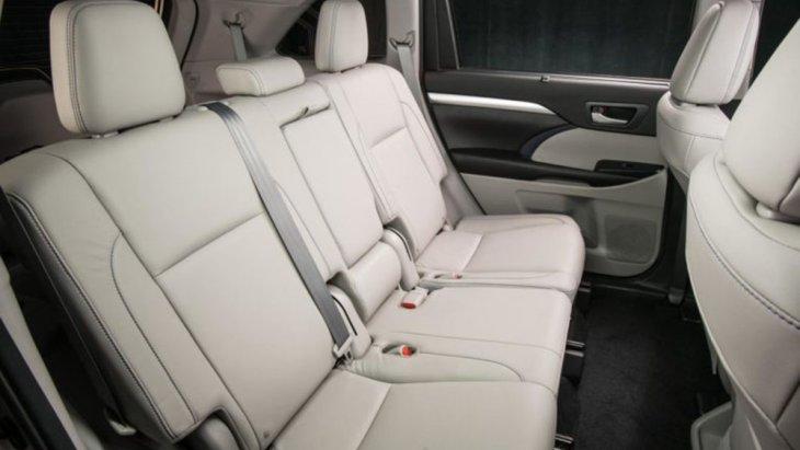 เพื่อเพิ่มพื้นที่  legroom ของที่นั่งแถวที่ 3   มีให้เลือกทั้งแบบ 7 ที่นั่งและ 8 ที่นั่ง มีพื้นที่เก็บสัมภาระ 450 ลิตรเ