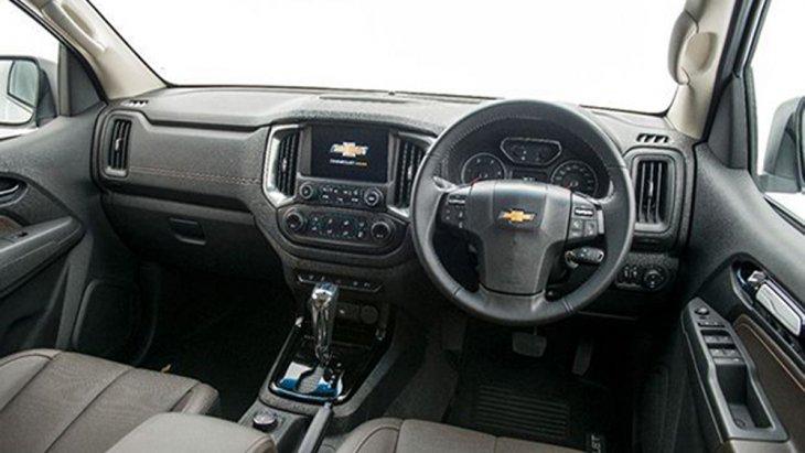 Chevrolet Trailblazer 2019 ได้รับการตกแต่งภายในด้วยวัสดุหุ้มเบาะหนังแท้สีดำ Jet Black แผงคอนโซลหน้าตกแต่งด้วยหนังสังเคราะห์สีดำ Jet Black เบาะนั่งสำหรับผู้ขับขี่ปรับระดับด้วยไฟฟ้าได้ 6 ทิศทาง เบาะนั่งคู่หน้าปรับระดับสูง-ต่ำได้
