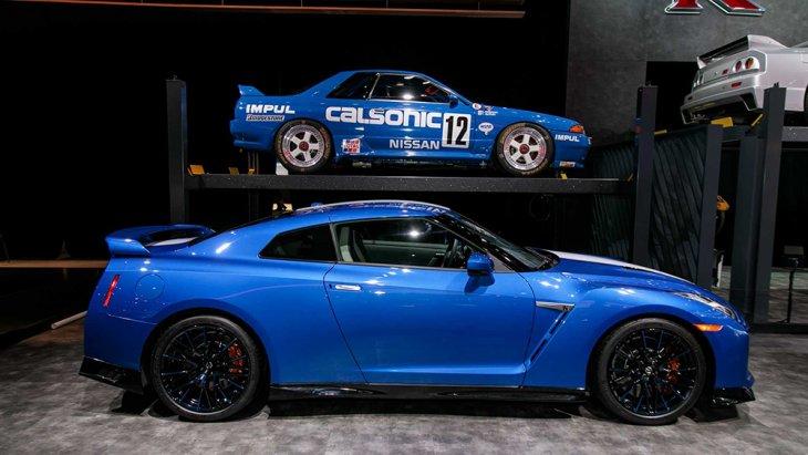สำหรับรถสปอร์ตรุ่นพิเศษ  GT-R 50th Anniversary Edition 2020 นั้น มีการใส่ความโดดเด่นให้แก่ภายนอกตัวรถด้วยสีพิเศษในแบบสีฟ้าสดใสตัดสลับกับแถบสีพิเศษแบบ Pearl White ขาวไข่มุก , แดง และ Super Silver สีเงิน
