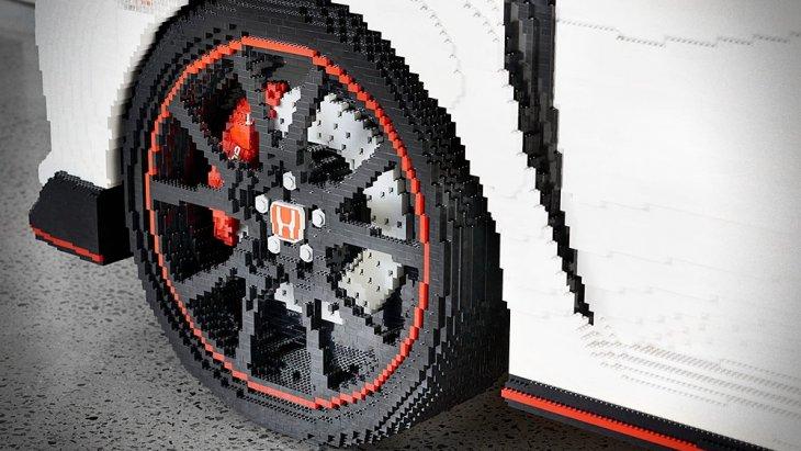 ซึ่งโปรเจกต์นี้ได้ Ryan McNaught (1 ใน 12 คน ของ LEGO Certified Professionals) มาช่วยสร้างสรรค์เจ้าตัวต่อ LEGO ให้กลายเป็น Honda Civic Type R พร้อมลูกมืออีก 8 คน กับเวลาที่ใช้ไปทั้งหมด 1,300 ชั่วโมง หรือเกือบ 2 เดือน