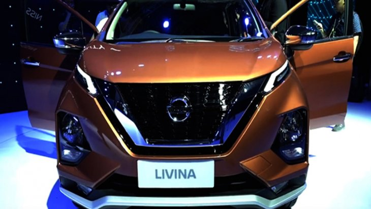 Nissan Livina เพิ่มความประทับใจในทุกทริปการเดินทางผ่านการดีไซน์กระจังหน้าแบบโครเมียมในรูปแบบ V-Motion ขนาดใหญ่พร้อมชุดไฟหน้าแบบ LED ภายในได้รับการตกแต่งให้มีลักษณะคล้ายคลึงกับบูมเมอแรง