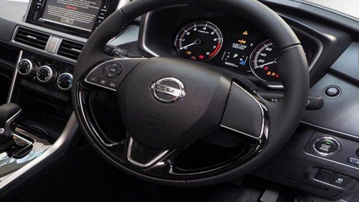 Nissan Livina ได้รับการติดตั้งพวงมาลัยยูริเทนปรับระดับได้ 4 ทิศทางพร้อมปุ่มควบคุมเครื่องเสียงที่พวงมาลัย