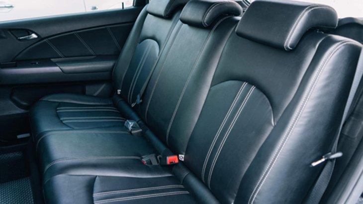 เบาะนั่งฝั่งคนขับไม่สามารถที่จะปรับระดับความสูงได้ ส่วนเบาะนั่งด้านหลังก็ถูกดีไซน์มาให้ไม่สามารถปรับพับเพื่อเพิ่มพื้นที่ใช้สอยได้แต่ก็มีการติดตั้งห้องเก็บสัมภาระด้านหลังมาแทนที่ซึ่งสามารถจัดเก็บสัมภาระที่จำเป็นได้ไม่น้อยเลยทีเดียว