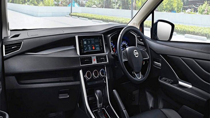 Nissan Livina ได้รับการตกแต่งภายในมาอย่างประณีตผ่านเฉดสีภายในโทนสีดำ คอนโซลหน้าตกแต่งด้วยสีดำ ส่วนแผงประตูมีการตกแต่งด้วยวัสดุสีดำพร้อมแถบโครเมียม มือจับประตูภายในสีโครเมียม