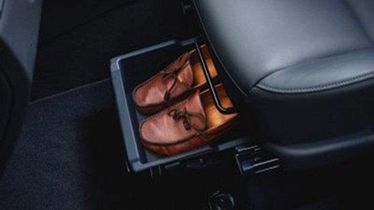 Nissan Livina เพิ่มความสะดวกสบายผ่านปุ่มสตาร์ทเครื่องยนต์อัตโนมัติ Push Start ระบบควบคุมความเร็วอัตโนมัติ Cruise Control ให้ความบันเทิงผ่านระบบอินโฟเทนเมนท์บนหน้าจอระบบสัมผัสขนาด 7 นิ้ว อีกทั้งยังติดตั้งช่องเก็บรองเท้าบริเวณเบาะนั่งด้านหน้า