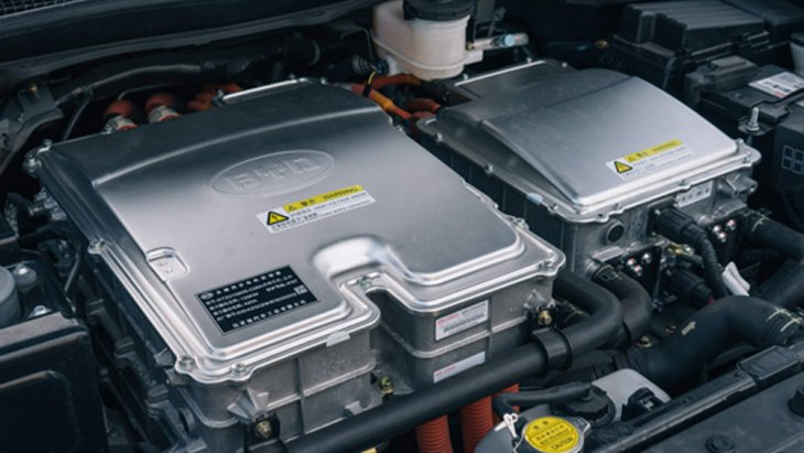 BYD E6 ติดตั้งมอเตอร์ไฟฟ้าแบบ AC Synchronous Motor ให้กำลังสูงสุด 134 แรงม้า (HP) แรงบิดสูงสุด 450 นิวตัน-เมตร ประสานการทำงานร่วมกับแบตเตอรี่ลิเธียม-ไอออน ขนาด 80 กิโลวัตต์/ชั่วโมง สามารถสร้างอัตราความเร็วสูงสุดได้มากถึง 149 กิโลเมตร/ชั่วโมง