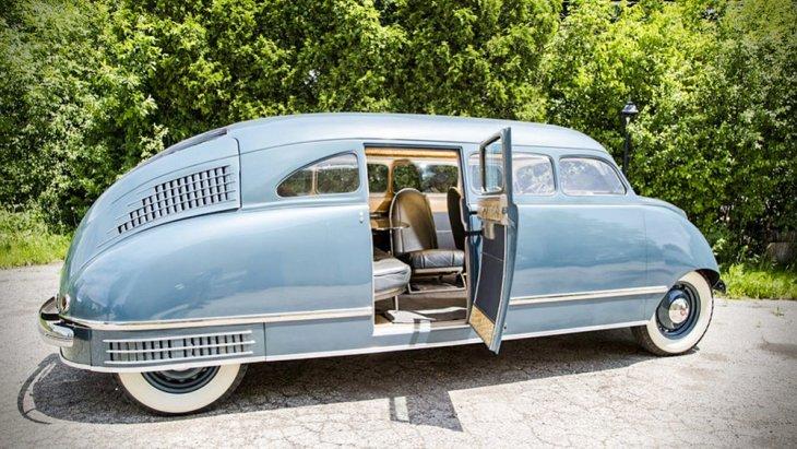 Stout Scarab กับแนวคิด Dymaxion car ที่ค่อนข้าง Futuristic มีตัวถังทรงเพรียวลมแบบ Streamline ที่ฮิตไปกับทุกแขนงของการออกแบบในยุค 30