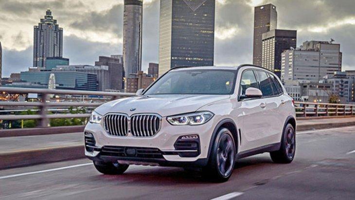 BMW X5 xDrive30d M Sport เพิ่มความสปอร์ตถูกใจนักขับด้วยชุดแต่งแบบ M Aerodynamics ผสานกับการขยายพื้นที่ตัวถังให้มีความกว้างมากขึ้นถึง 4,922 มิลลิเมตร ส่งผลให้ภายในห้องโดยสารมีพื้นที่ใช้สอยเพิ่มมากขึ้น
