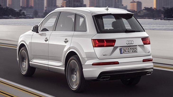 ด้านหลัง Audi Q7 ได้รับการติดตั้งสปอยเลอร์ทรงสปอร์ต ไฟท้ายแบบ LED Tube ช่วงล่างได้รับการติดตั้งล้ออัลลอยขนาด 20 นิ้ว ลาย 5 ก้านคู่