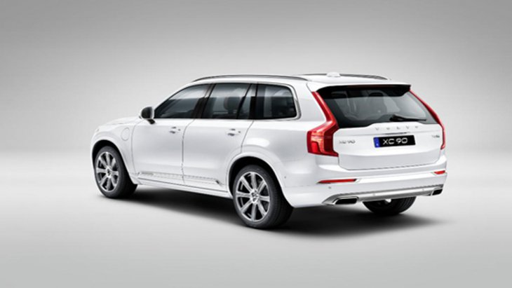ด้านหลัง Volvo XC90 T8 Inscription ได้รับการติดตั้งไฟท้ายแบบ LED ประสานการทำงานร่วมกับไฟเบรกดวงที่ 3 แบบ LED ฝากระโปรงหลังเปิด-ปิดได้ด้วยไฟฟ้าโดยไม่ต้องใช้มือ และ สปอยเลอร์หลังทรงสปอร์ต