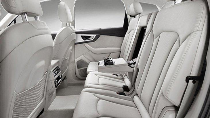Audi Q7 ได้รับการออกแบบให้เบาะนั่งด้านหลังสามารถที่จะปรับพับได้เพื่อเพิ่มพื้นที่ในการจัดเก็บสัมภาระด้านหลังได้มากยิ่งขึ้น