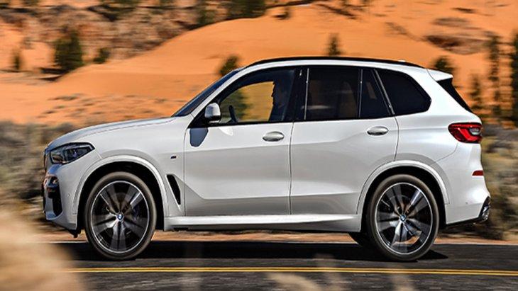 BMW X5 xDrive30d M Sport ติดตั้งกระจังหน้าแบบ Kidney Grille มีครีบเปิด-ปิดแบบแอคทีฟขนาดใหญ่ ติดตั้งไฟหน้าแบบ Adaptive LED สามารถปรับองศาได้ตามการหักเลี้ยวของพวงมาลัยและปรับระดับไฟสูงอัตโนมัติ ด้านบนติดตั้งราวหลังคาสีดำเงา