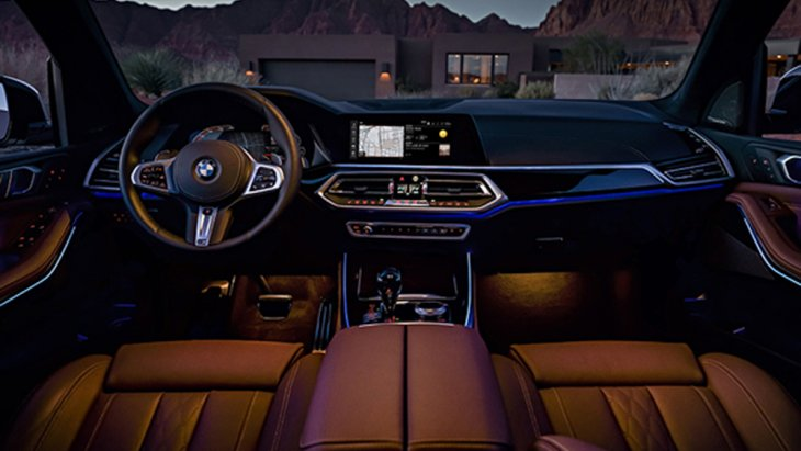 BMW X5 xDrive30d M Sport มอบความหรูหราในทุกทริปการเดินทางผ่านการตกแต่งภายในด้วยลายไม้ Finneline Stripe สีน้ำตาลเงา เบาะนั่งแบบสปอร์ตสำหรับคนขับและผู้โดยสารด้านหน้าหุ้มด้วยหนัง Vernasca สีดำตกแต่งด้วยด้ายเดินตะเข็บสุดหรู