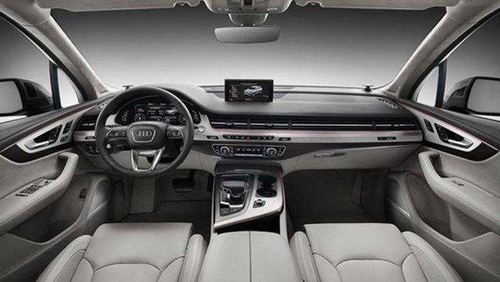 Audi Q7 ตกแต่งภายในด้วยสีทูโทนครีม-ดำ ตกแต่งแผงประตูด้วยวัสดุหนังสีน้ำตาล เพิ่มความสะดุดตาด้วยช่องแอร์ที่มีลักษณะเป็นแนวยาวแนบติดไปกับกระจังหน้าและเบาะนั่งภายในหุ้มด้วยหนังสีน้ำตาลปรับได้ด้วยไฟฟ้าพร้อมระบบบันทึกความจำ