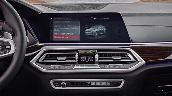 BMW X5 xDrive30d M Sport มอบความบันเทิงผ่านหน้าจอระบบสัมผัส Control Display ขนาด 10.25 นิ้ว ติดตั้งฟังก์ชั่น BMW ConnectedDrive และ ฟังก์ชั่นสั่งงานระบบ iDrive ด้วยการเคลื่อนไหวมือ BMW Gesture Control และ ระบบเครื่องเสียงรอบทิศทาง Harman Kardon