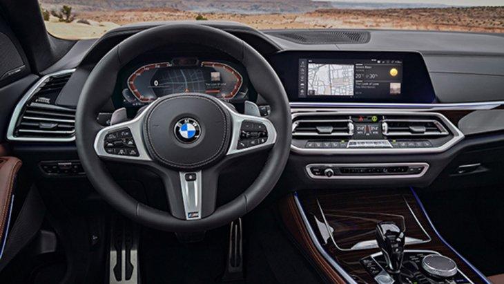 BMW X5 xDrive30d M Sport ติดตั้งพวงมาลัยมัลติฟังก์ชั่นพร้อมปุ่มควบคุมเครื่องเสียงที่พวงมาลัยและปุ่มปรับตั้งค่าหน้าจอแดชบอร์ด