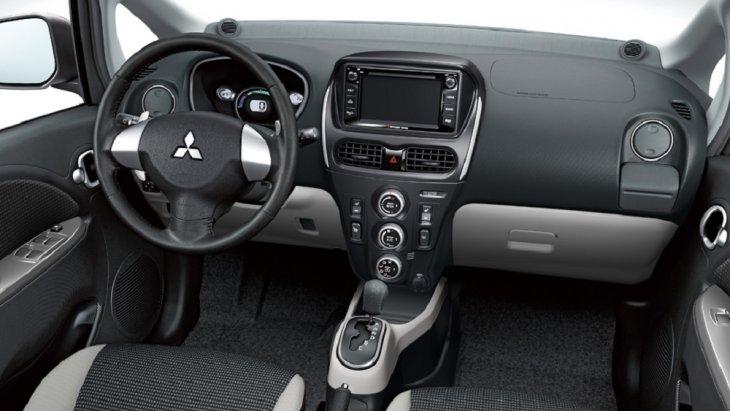 ภายในห้องโดยสารได้รับการออกแบบอย่างเรียบง่าย และเน้นผู้ขับขี่เป็นศูนย์กลาง เพื่อให้สามารถใช้งานอุปกรณ์และฟังก์ชั่นต่างๆ ได้อย่างสะดวกและปลอดภัยต่อผู้ขับขี่