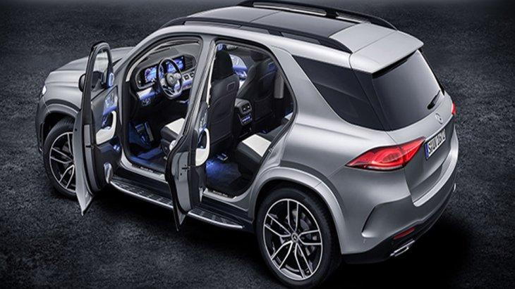 Mercedes-Benz GLE 2019 มอบความบันเทิงให้แก่ผู้โดยสารผ่านระบบอินโฟเทนเมนต์แบบ MBUX บนหน้าจอมัลติมีเดียระบบสัมผัสที่ถูกนำมาติดตั้งเอาไว้เป็นแนวยาวเหนือคอนโซลหน้า เสริมด้วยการติดตั้งหน้าจอ Dual Cockpit ขนาด 12.3 นิ้ว จำนวน 2 จอ