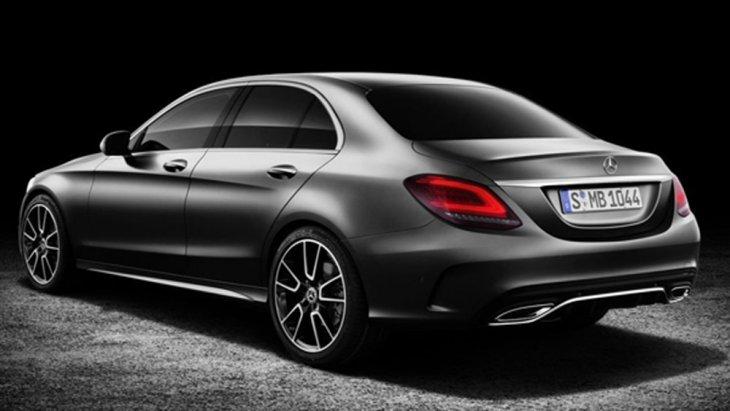 ด้านหลัง Mercedes Benz C-Class ได้รับการตกแต่งอย่างพิถีพิถันด้วยไฟท้ายแบบ LED และ ไฟเบรกดวงที่ 3 แบบ LED ติดตั้งฟังก์ชั่นระบบเปิด-ปิดฝากระโปรงท้ายอัตโนมัติโดยไม่ต้องใช้มือ