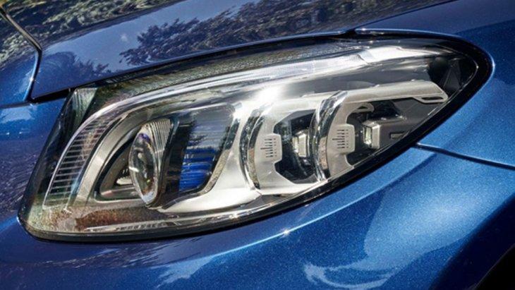 Mercedes Benz C-Class พร้อมสะกดทุกสายตาผ่านกระจังหน้าแบบ Diamond Grille สีเงิน พร้อมตราสัญลักษณ์เมอร์เซเดส-เบนซ์ ติดตั้งไฟหน้าแบบ Multibeam LED ปรับองศาโคมไฟหน้าตามการหักเลี้ยวของพวงมาลัย (ALS Active Light  System)