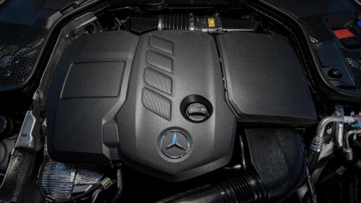 Mercedes Benz C-Class มาพร้อมขุมพลังเครื่องยนต์ดีเซล 4 สูบ แถวเรียง เทอร์โบ พร้อมอินเตอร์คูลเลอร์ ขนาด 2.0 ลิตร ให้กำลังสูงสุด 194 แรงม้า จับคู่กับระบบเกียร์อัตโนมัติ 9 สปีด พร้อมระบบเปลี่ยนเกียร์ที่พวงมาลัย Steering-Wheel Gearshift Paddles